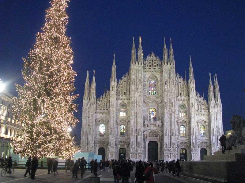 Foto Di Milano A Natale.Caritas Ambrosiana Sul Sagrato Del Duomo Di Milano Cori Di